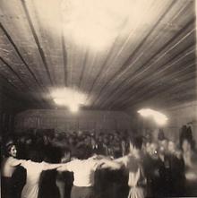 תמונה של רוקדים בחדר האוכל הישן.