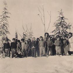 תמונה של ילדי קבוצת זית עם המטפלת ברכה
