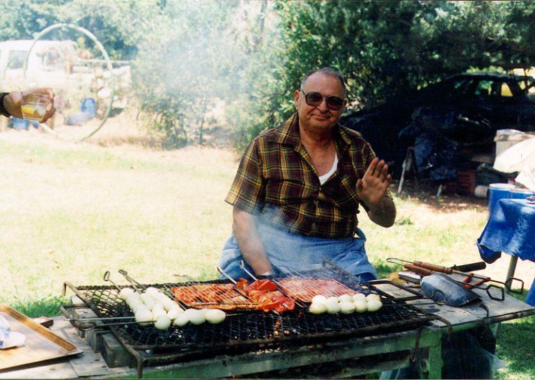 תמונה של יוסף רזניק עושה על האש
