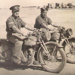 תמונה של טורי על האופנוע במצרים
