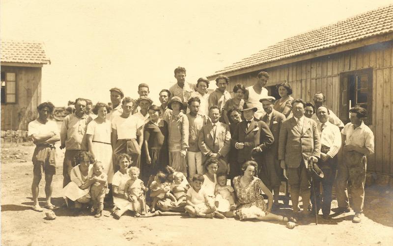 """תמונה של המייסדים והילדים של קיבוץ שריד עם הסופר מקס ברוד והעיתונאי ד""""ר פליקס וולט"""