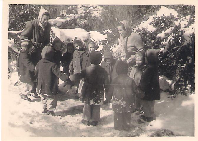 תמונה של שלג - 1951 - פעוטי קבוצת מעין - צילם עלי רר