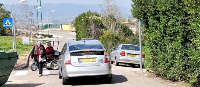 תמונה של תנועת-מכוניות-בקיבוץ
