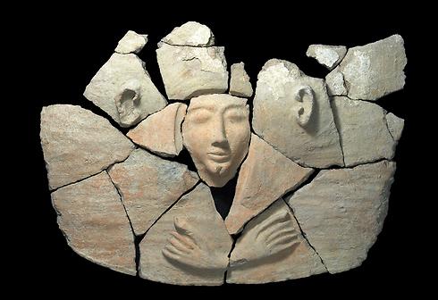 תמונה של הממצאים בתוך ארון הקבורה