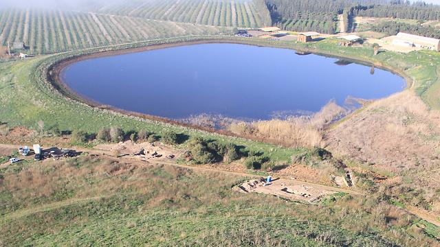 תמונה של מבט מלמעלה על שטח החפירה
