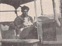 """תמונה של ארנסט פלשקס עם ה""""קטרפילר"""" הראשון"""