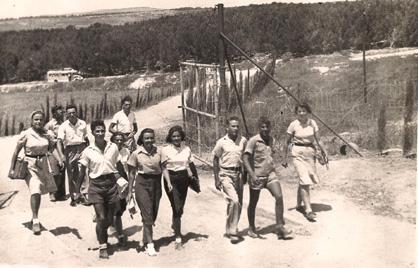 תמונה של חלק מחברי קיבוץ ה' נכנסים לראשונה בשערי שריד השנה 1941