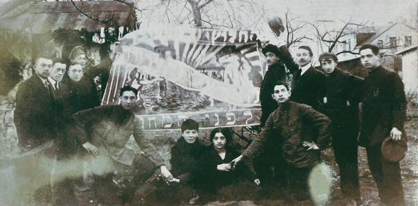 """תמונה של קבוצת """"אחוה"""" בליטא."""