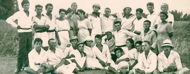 תמונה של החלוצים לבשו לבן בחתונת זינה ויוסף אטקין במושבה מגדל: 22.7.1921