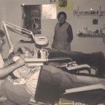 תמונה של מניה פלד ועדה פומרנץ מעניקות טיפול קוסמטי