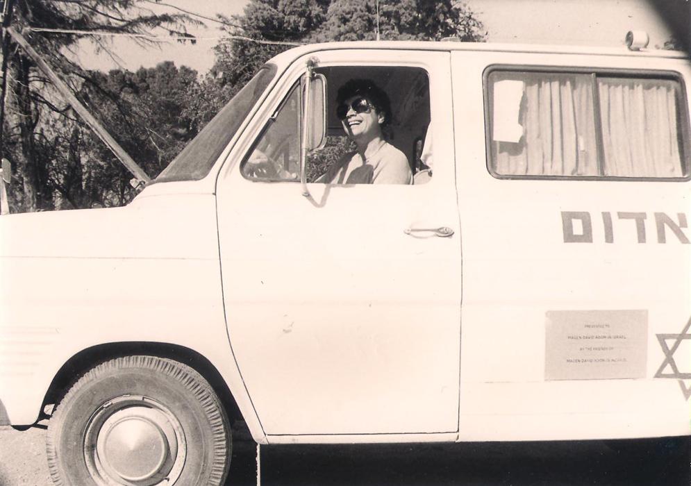 תמונה של עדה פומרנץ נוהגת באמבולנס של שריד