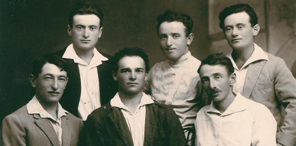 תמונה של שישה מחברי הקבוצה