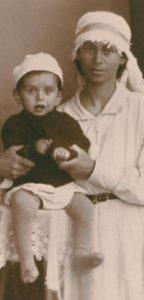 תמונה של זינה אטקין עם בנה הפעוט יהושע,