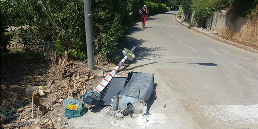 תמונה של המחסום שנפגע הבוקר ממשאית