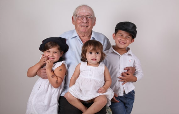 תמונה של אפרים רוזן עם הנכדים