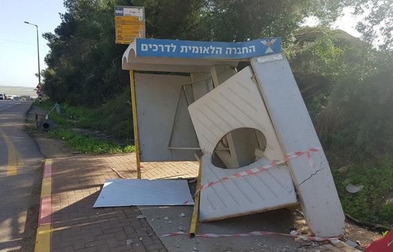 תמונה של תחנת האוטובוס לאחר התאונה