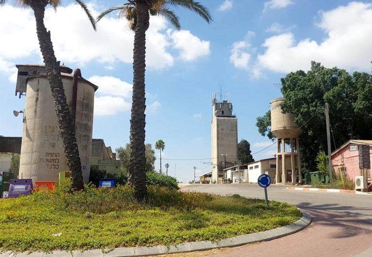 תמונה של חצר הקיבוץ היום