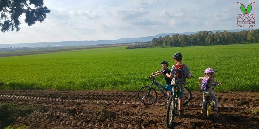 תמונה של ילדים בשדה