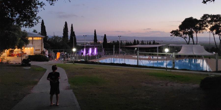תמונה של הבריכה בלילה
