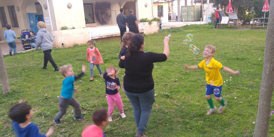 תמונה של ילדים משחקים ליד הכלבו