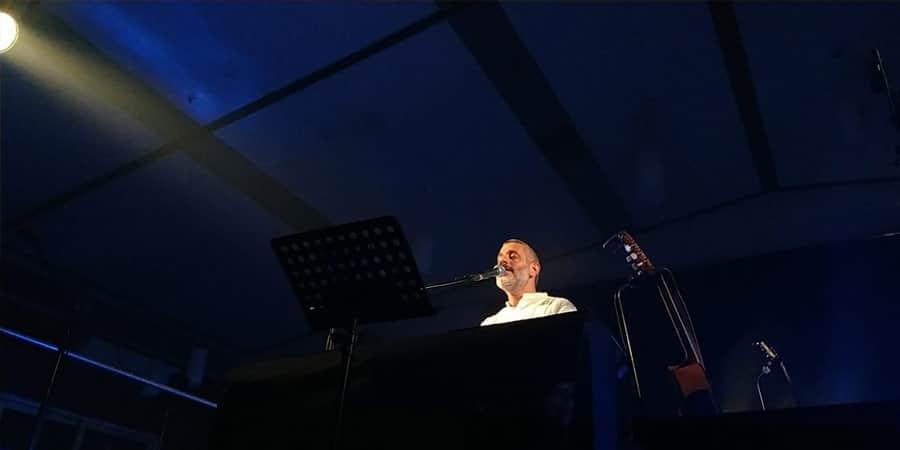 תמונה מתוך המופע של אביתר בנאי בשריד