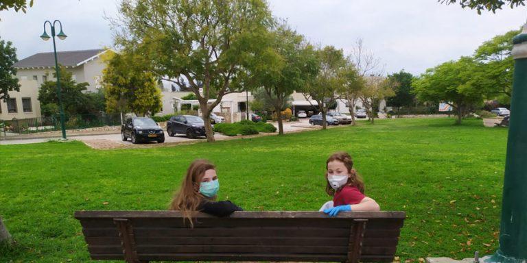 תמונה של בר ארנון וחברה בשכונת ההרחבה