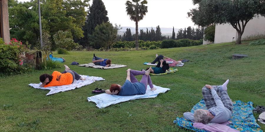 תמונה מחוג יוגה על הדשא
