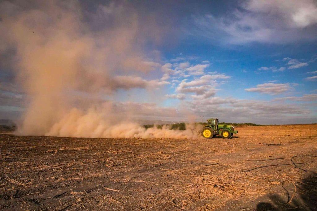טרקטור בשדה צילום: ענת חרמוני