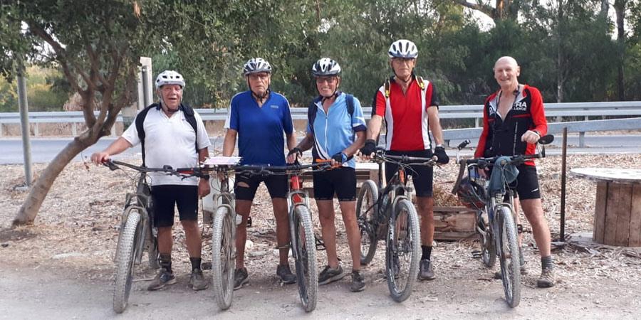 תמונה של קבוצת רוכבי האופניים הגימלאים